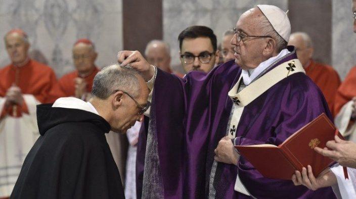 Paus Fransiskus meletakkan abu di atas kepala mantan Master Ordo Dominikan Pastor Bruno Cadoré OP di Basilika Santa Sabina di Bukit Aventine, Roma, 14 Februari 2018.