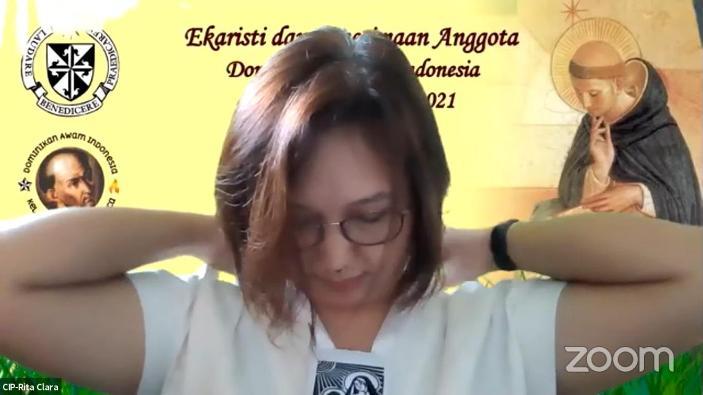 Seorang perempuan diterima sebagai anggota baru Persaudaran Dominikan Awam dengan pengenaan skapulir sebagai pelindung (PEN@ Katolik/pcp/screenshot)