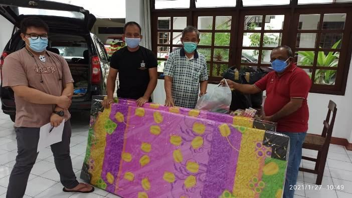 Pastor Joe Derry Pr (paling kanan) memperlihatkan bantuan tempat tidur kepada Sekretaris Keuskupan Pastor Montolalu. Foto dari Komsos Keuskupan Manado