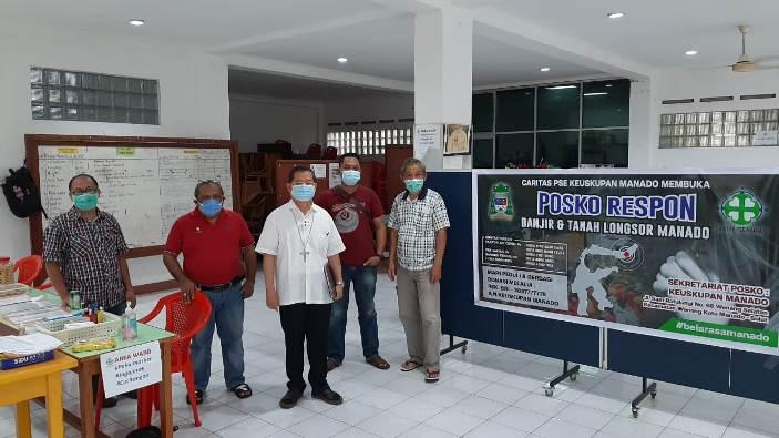 Uskup Manado Mgr  Rolly Untu MSC (pakaian putih) bersama Sekretaris Keuskupan Manado Pastor Johanis Montolalu Pr (paling kanan) meninjau posko (foto Komsos Keuskupan Manado)