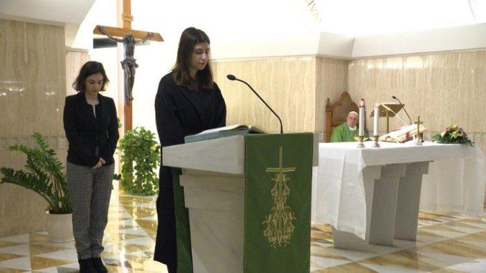 Seorang perempuan awam membaca dalam Misa di Casa Santa Marta 4 Februari 2020
