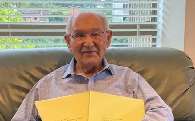 Lucio Chiquito dari Kolombia mengirim tesisnya ke Universitas Manchester, di Inggris. Foto oleh RCN