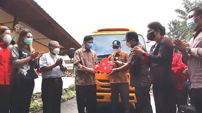Bantuan Bus Sekolah dari pemerintah untuk Sekolah Katolik Nyarungkop (PEN@ Katolik/sam)