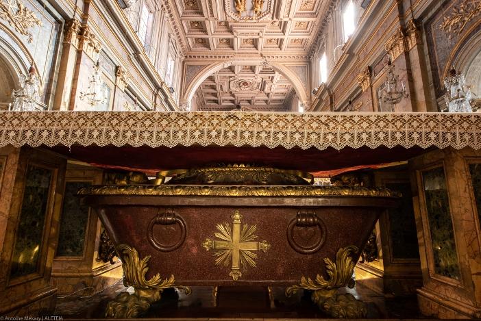 Basilika Santo Yohanes dan Santo Paulus di Bukit Celio. Peti mati berisi jenazah-jenazah Santo Yohanes dan Santo Paulus. Basilika ini milik Kementerian Dalam Negeri Italia. © Antoine Mekary | ALETEIA