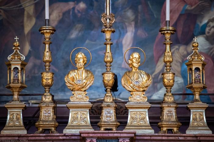Patung-Patung Santo Filipus dan Santo Yakobus di pagar altar utama Basilika Dua Belas Rasul. Basilika Dua Belas Rasul adalah milik Kementerian Dalam Negeri Italia. © Antoine Mekary | ALETEIA