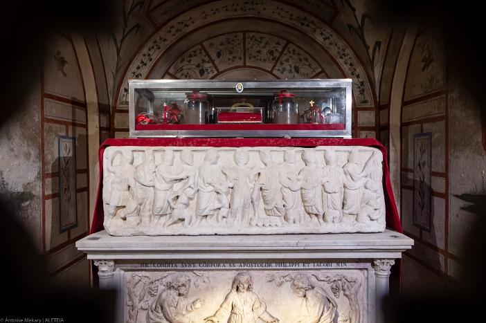 Relikui-Relikui Santo Filipus dan Santo Yakobus. Basilika Dua Belas Rasul adalah milik Kementerian Dalam Negeri Italia. © Antoine Mekary | ALETEIA