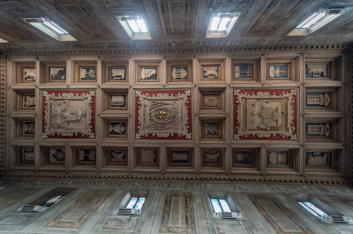 Basilika Santa Maria di Domnica. Nama keluarga de 'Medici terikat dengan gereja ini; lambang mereka menghiasi bagian tengah dari langit-langit yang berpanel. © Antoine Mekary | ALETEIA