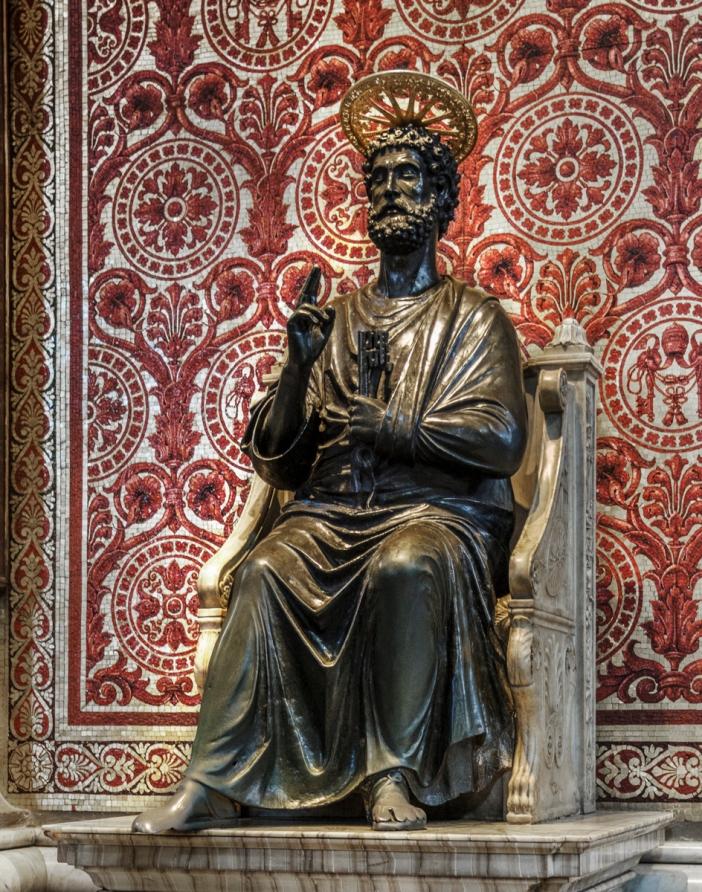 Patung perunggu Santo Petrus, di tengah-tengah basilika © S.Tatiana | Shutterstock
