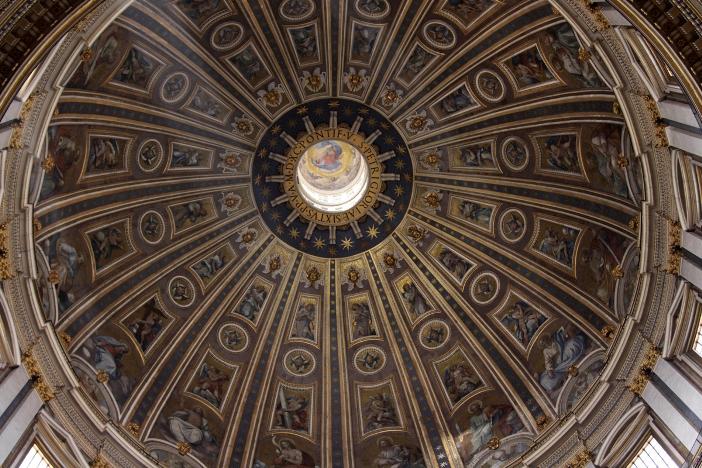 Kubah Basilika Santo Petrus, dilihat dari interiornya. © Chris Hill | Shutterstock