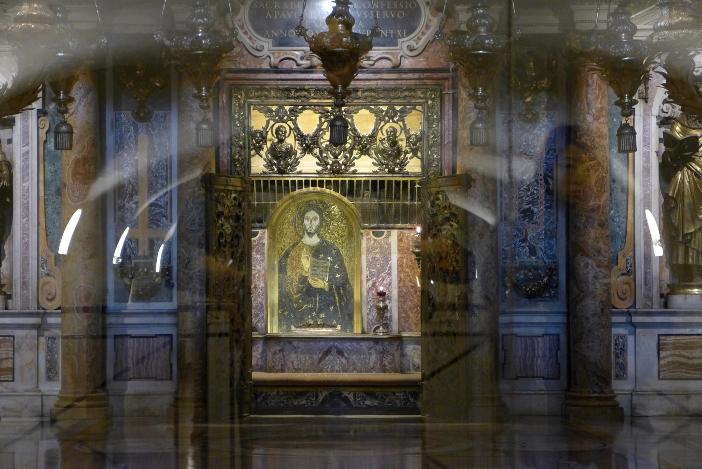 Makam Santo Petrus, di Nekropolis Vatikan. Makam itu terletak persis di bawah Altar Pengakuan. © Oleh Dnalor 01 (CC BY-SA 3.0) melalui