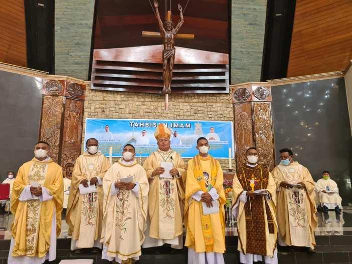 Barian depan: Empat imam OSA yang baru ditahbiskan 14 Februari (Foto dari FB Komsos Keuskupan Manokwari-Sorong)