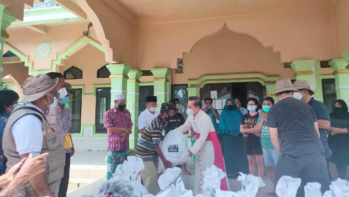 Uskup Manado Mgr Rolly Untuk menyerahkan bantuan kemanusiaan kepada orang yang membutuhkan di sebuah masjid di Manado. (Foto dari Caritas PSE Manado)