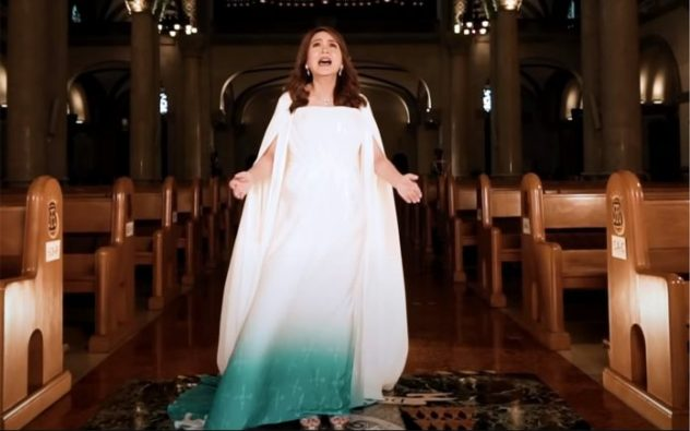 """Jamie Rivera menyanyikan """"We Give Our Yes,"""" lagu misi resmi dari perayaan tahunan ke-500 tahun kedatangan agama Kristen di negara itu. (Tangkapan layar dari video promosi)"""