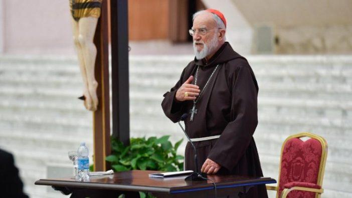Kardinal Cantalamessa membuat tanda Salib di awal khotbah pertamanya untuk Prapaskah, yang disampaikan di Aula Paulus VI (ANSA)