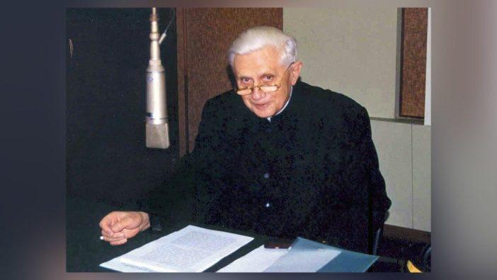 Kardinal Joseph Ratzinger yang kemudian menjadi Paus Benediktus XVI mengunjungi Radio Vatikan