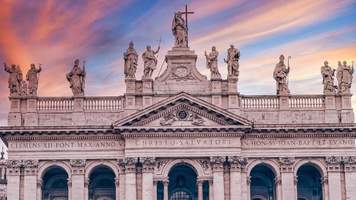Basilika Santo Yohanes Lateran awalnya bernama Juruselamat yang Suci. Kemudian, ditambahkan Santo Yohanes Pembaptis dan Santo Yohanes Penginjil. © TravelSH | Shutterstock