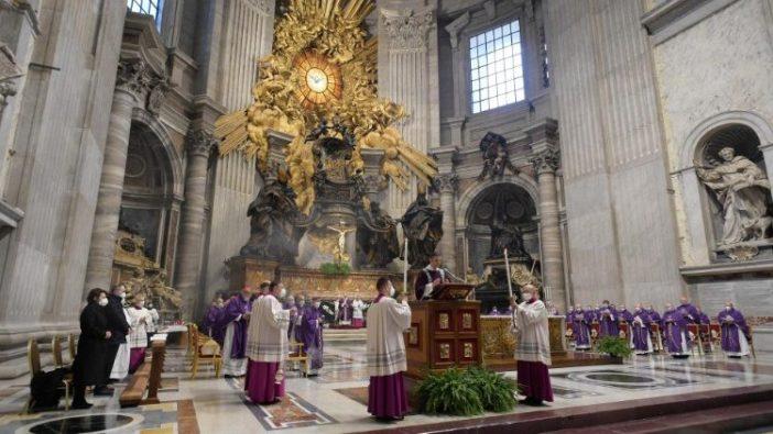 Misa-Misa di Vatikan juga memberlakukan berbagai pembatasan (Vatican Media)