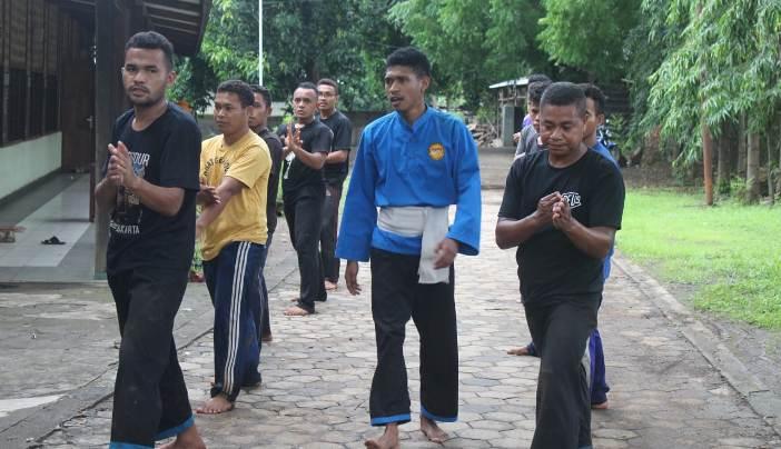 Para Frater mengikuti ujian fisik (Foto Guido)