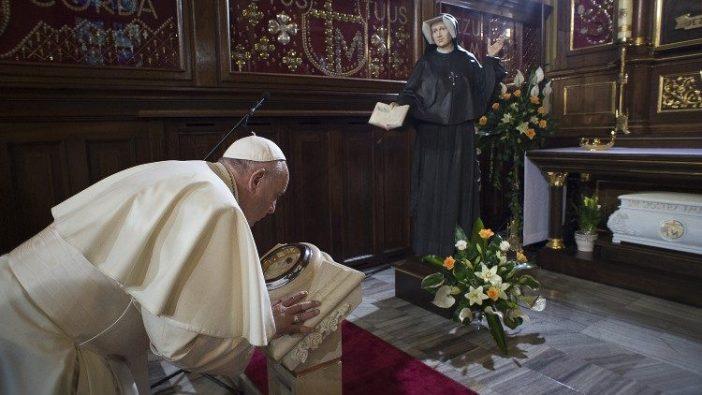 Paus Fransiskus berdoa di depan Kapel Santa Faustina Kowalska, Tempat Suci Kerahiman Ilahi - 2020