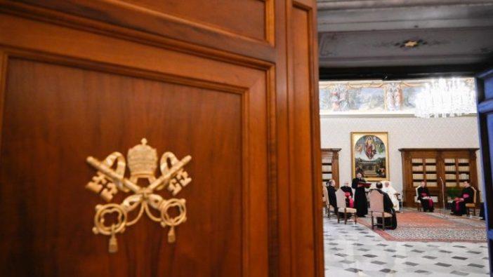 Paus Fransiskus di Perpustakaan Istana Apostolik, pada audiensi umum  3 Februari (Vatican Media)