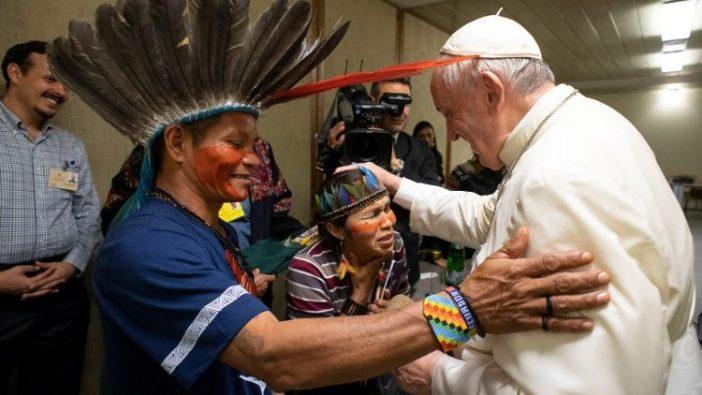 Paus Fransiskus menemui penduduk asli Amazonia di Vatickn (Vatican Media)