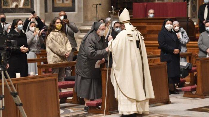 Paus Fransiskus pimpin Misa Hari Doa untuk Hidup Bakti
