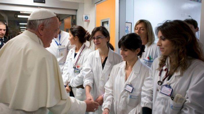 Paus Fransiskus saat berkunjung ke Rumah Sakit Bambin Gesu sebelum terjadinya wabah corona