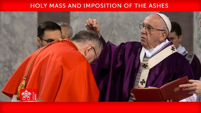 Paus sedang menaburkan abu di atas kepala seorang kardinal dalam Misa Rabu Abu di basilika Santo Petrus 17 Februari