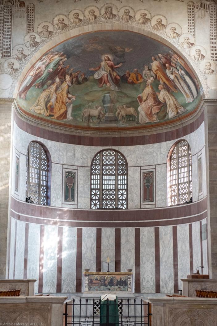 Basilika Santa Sabina: Lukisan dinding di apse (bagian melengkung berbentuk setengah bundaran) oleh Taddeo Zuccari yang menggambarkan Yesus, para rasul, dan orang-orang kudus yang dimakamkan di basilika itu (1560). © Antoine Mekary | ALETEIA