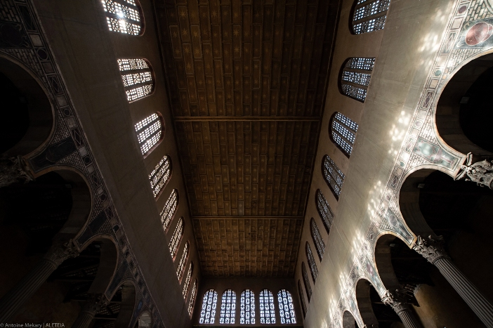 Jendela di Basilika Santa Sabina. Pada abad ke-17, banyak jendela yang ditutup, karena dianggap lingkungan yang lebih gelap akan lebih mendukung suasana doa. © Antoine Mekary | ALETEIA