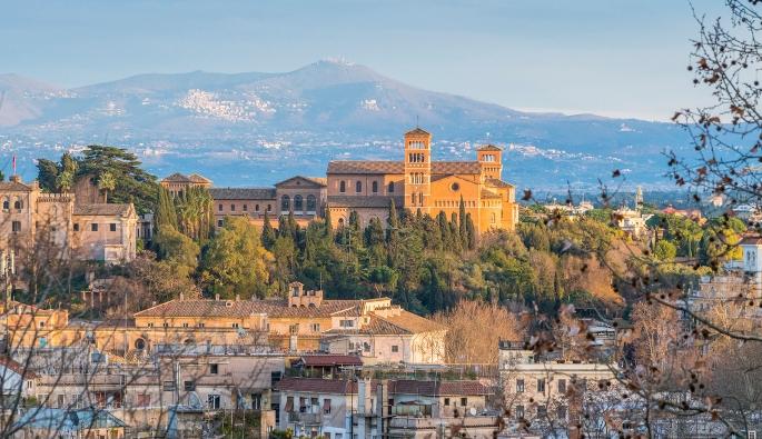 "Basilika Santa Sabina di Bukit Aventine, dilihat dari Janiculum. Basilika itu disebut ""mutiara Aventine."" © Oleh Stefano_Valeri | Shutterstock"