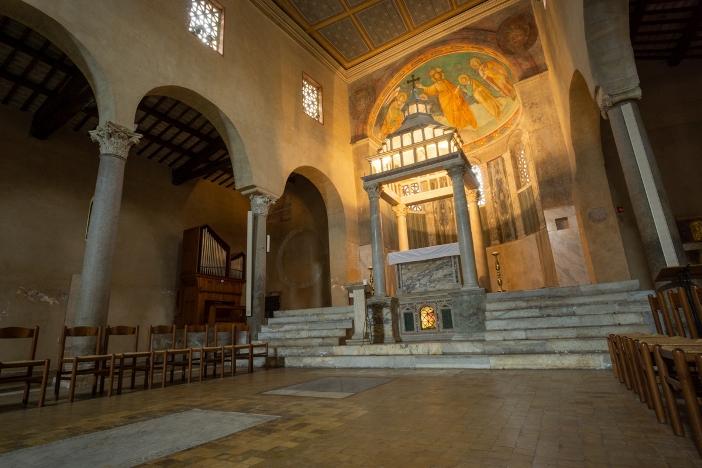 Basilika San Giorgio in Velabro. Pemandangan apse. © Massimo Salesi   Shutterstock