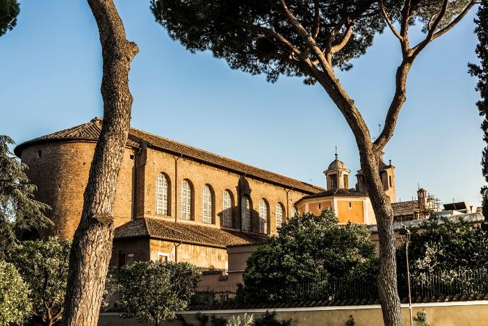 Basilika Santa Sabina (bagian luar). Basilika ini dibangun pada abad ke-5. © Oleh DoorZone | Shutterstock