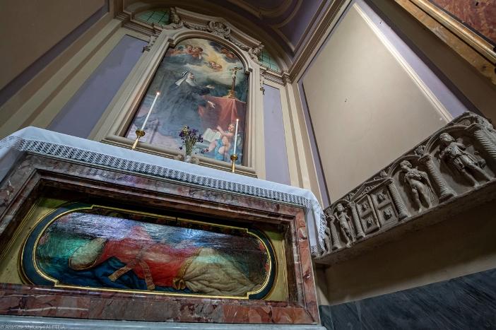Altar Santa Briggita dari Swedia dan bagian dari sarkofagusnya. Orang kudus itu tinggal di gereja ini, berpakaian seperti pengemis, dan dia memohon sedekah untuk orang-orang miskin yang dia rawat. Dia dimakamkan di sini selama lima bulan sebelum tubuhnya dibawa ke Swedia. Gereja Santo Laurensius di Panisperna adalah milik  Kementerian Dalam Negeri Italia. © Antoine Mekary | ALETEIA