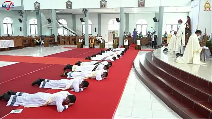 Tahbisan imam di Keuskupan Agung Kupang (Foto diambil secara screenshot dari Youtube KAK oleh PEN@ Katolik/pcp)