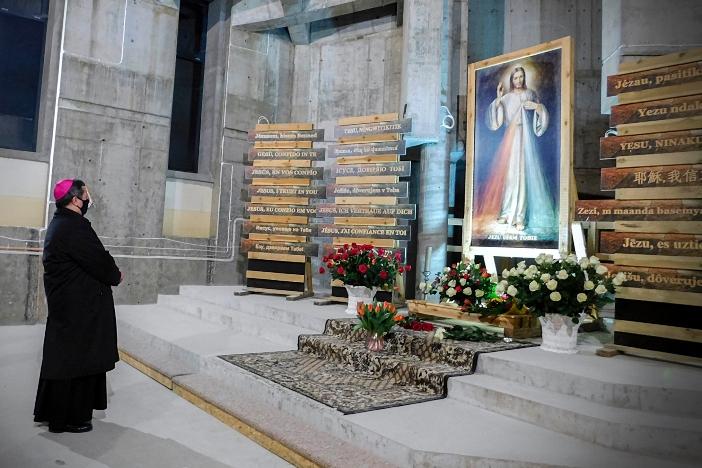 Uskup Agung Romeo Pawłowski memimpin perayaan di Tempat Ziarah Kerahiman Ilahi