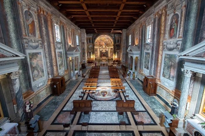 Bagian dalam Basilika Santo Vitalis di Fovea, dilihat dari sudut yang tinggi. Basilika Santo Vitalis di Fovea adalah milik Kementerian Dalam Negeri Italia. © Antoine Mekary | ALETEIA