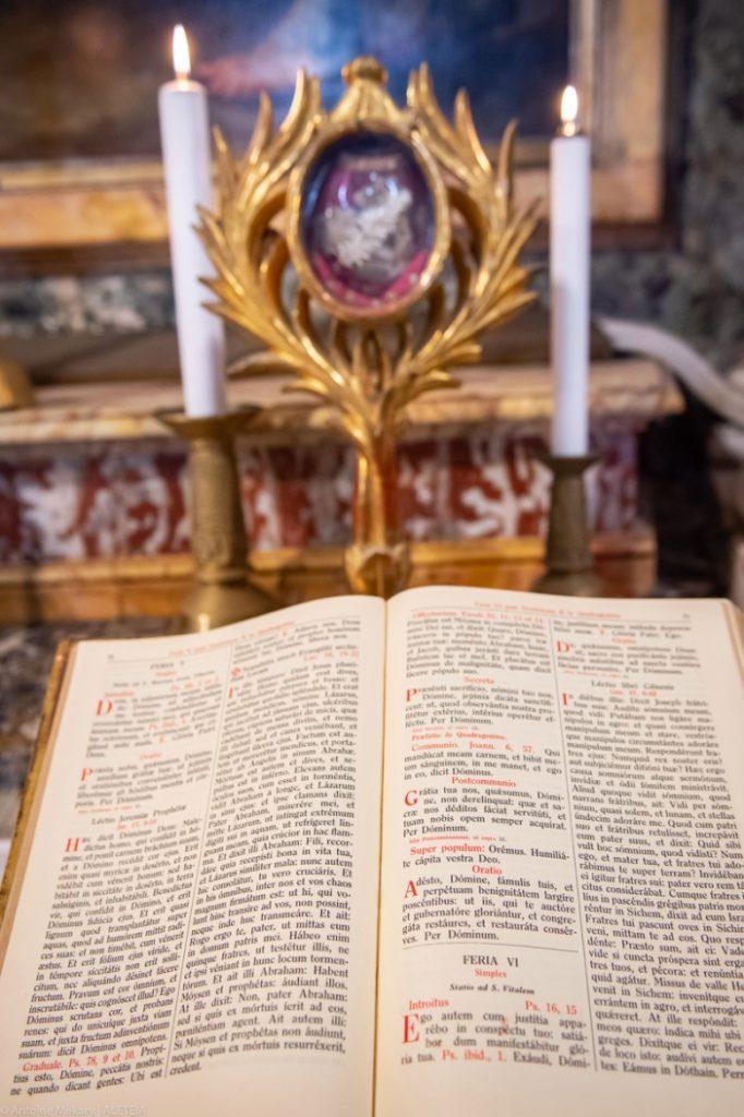 Basilika Santo Vitalis di Fovea. Di altar terlihat Buku Misa dengan liturgi stasional. Basilika Santo Vitalis di Fovea adalah milik Kementerian Dalam Negeri Italia. © Antoine Mekary | ALETEIA