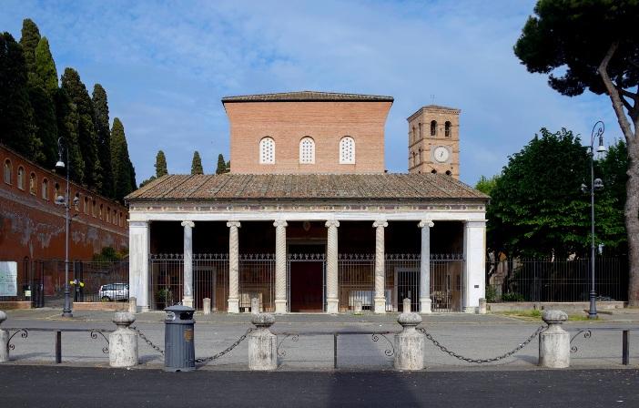 "Basilika Santo Lauresius ""Di Luar Tembok"" (eksterior) © Livioandronico2013 (CC BY-SA 4.0) melalui Wikimedia Commons"