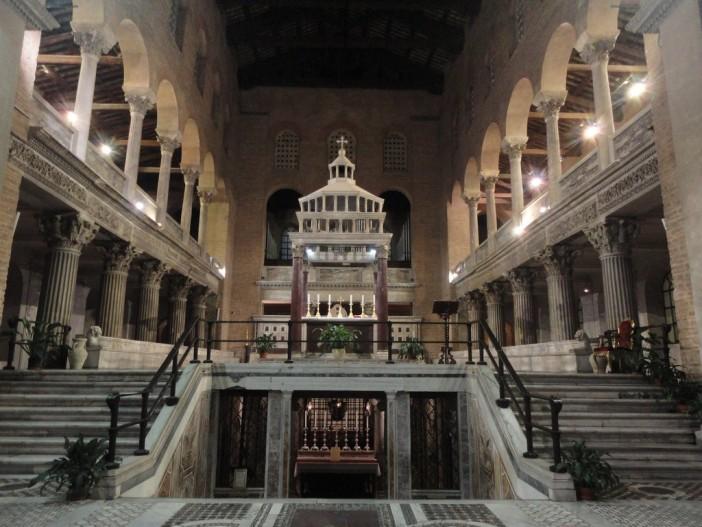 """Basilika Santo Lauresius """"Di Luar Tembok"""". Di bawah altar adalah pintu masuk ke ruang bawah tanah, tempat Santo Lauresius dimakamkan. © Mario De Matteis - blog """"I Viaggi di Raffaella"""""""