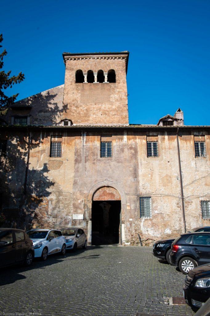 Basilika Santi Quattro Coronati (bagian luar). Basilika pertama dibangun pada abad ke-5. Apa yang kita lihat hari ini dibangun kembali oleh Paskalis II pada awal abad ke-12. © Antoine Mekary | ALETEIA