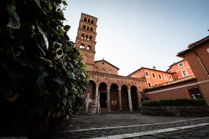 """Basilika San Giovanni a Porta Latina (eksterior). Bangunan itu berdiri di dekat tempat """"kemartiran yang gagal"""" dari Santo Yohanes Rasul dan Penginjil. © Antoine Mekary   ALETEIA"""