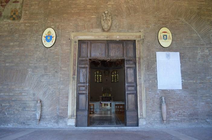 "Pintu masuk Basilika Santa Balbina © Mario De Matteis - blog ""I Viaggi di Raffaella"""