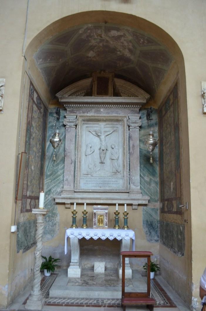 "Basilika Santa Balbina. Pada sudut keempat sebelah kanan, ada relief marmer Penyaliban Yesus, dengan Perawan Maria dan Santo Yohanes di kedua sisinya, dipahat untuk makam Paulus II (1460) oleh Mino da Fiesole dan Giovanni Dalmata. © Mario De Matteis - blog ""I Viaggi di Raffaella"""
