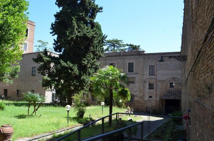"Biara yang berdekatan dengan Basilika Santa Balbina. © Mario De Matteis - blog ""I Viaggi di Raffaella"""