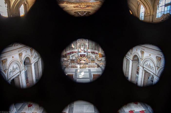 Bagian dalam basilika Santa Cecilia di Trastevere, dilihat dari tempat koor para biarawati, hanya dapat diakses dari biara. © Antoine Mekary | ALETEIA