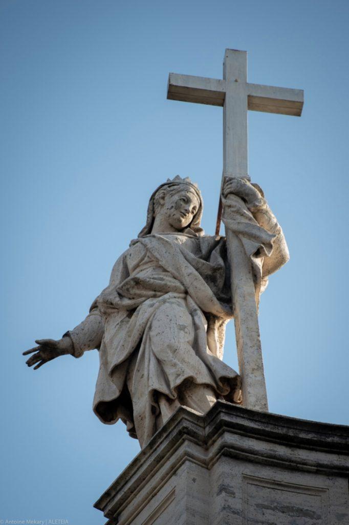 Basilika Salib Suci di Yerusalem. Patung Santa Helena di atas bagian depan. Basilika Salib Suci di Yerusalem adalah milik Kementerian Dalam Negeri Italia. © Antoine Mekary | ALETEIA