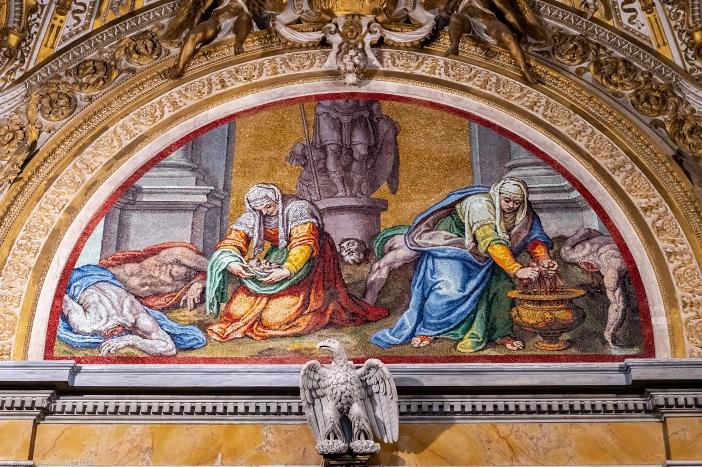 Basilika Santa Pudensiana dari Viminale. Sebuah mosaik di Kapel Caetani menggambarkan Santa Prassede dan Santa Pudensiana mengumpulkan darah para martir dan menyimpannya dalam sebuah guci. Basilika Santa Pudensiana dari Viminale adalah milik Kementerian Dalam Negeri Italia. © Antoine Mekary | ALETEIA