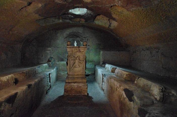 Basilika Santo Klemens. Penggalian di bawah basilika mengungkapkan Mithraeum (kuil Romawi kuno yang digunakan oleh anggota sekte militer pagan) yang berasal dari abad ke-2 hingga ke-3. © Ice Boy Tell, (CC BY-SA 3.0) melalui Wikimedia Commons