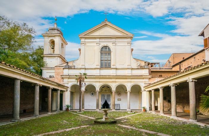 Basilika Santo Klemens. Atrium yang melengkung dan bagian depan © Stefano_Valeri | Shutterstock